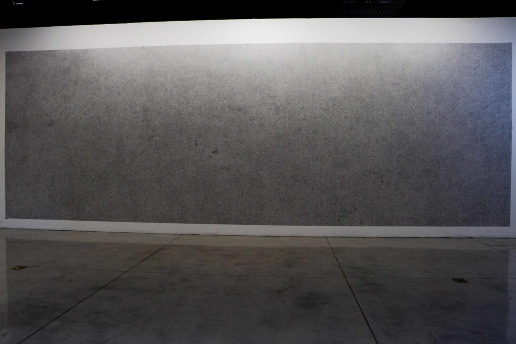 Darío Escobar. Espejo negro. Graffito sobre muro. 2019.
